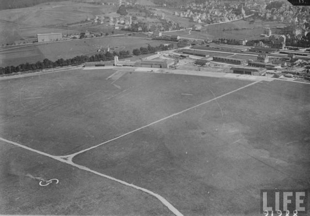 Flugplatz 1933 - in der Mitte des Platzes ist im Boden ein Rauchofen eingelassen. Aus den Bewegungen des Rauches konnten die Piloten Rückschlüsse auf Windrichtung und Windgeschwindigkeit ziehen