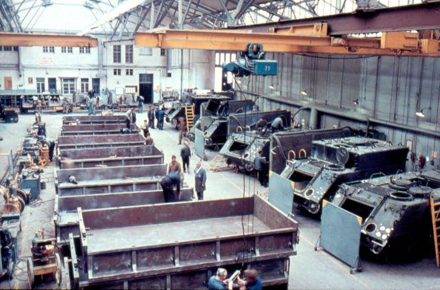 Reparaturwerk Böblingen G.m.b.H. Dias_114_Halle 3_r. M113_l. Lastwagenpritsche