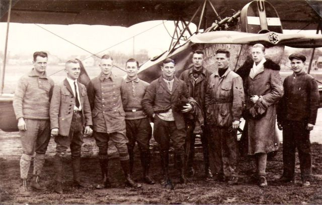 eine der ersten Flugschüler war Graf Castelle - 5.vl, der spätere Leiter des Münchener Flughafens Riem