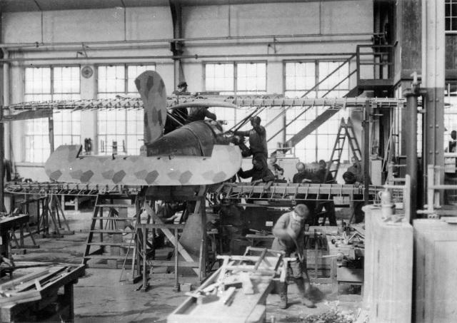Flugzeugbau der Daimler-Motoren-Gesellschaft in Sindelfingen, 1918 Endmontage des Daimler-Jagdflugzeuges L 6b, Versuchsausführung.