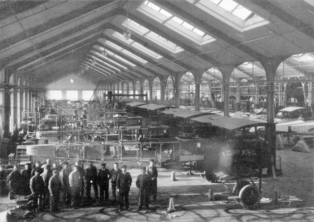 Flugzeugbau der Daimler-Motoren-Gesellschaft in Sindelfingen, 1918 im Vordergrund Endmontage der Fdh G IIIa (Daim) Großflugzeuge, im Hintergrund rechts: einmotoriege AEG-Flugzeuge (Reperaturaufträge)