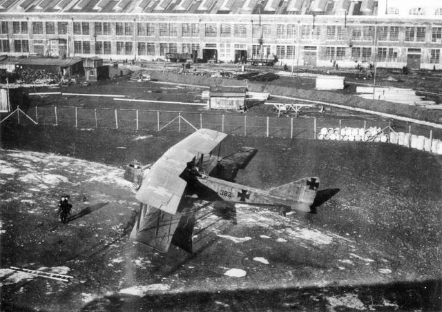 """Großflugzeug der """"Flugzeugbau-Friedrichshafen GmbH"""", Typ Fdh G III, als Lizenzbau der Daimler-Motoren-Gesellschaft, ausgerüstet mit zwei Daimler-Mercedes-Flugmotoren D.IVa mit je 260 PS/191 kW, die beidseitig neben dem Rumpf in die Tragflügel eingebaut sind und mit Druckpropellern arbeiten, 1916/1917."""