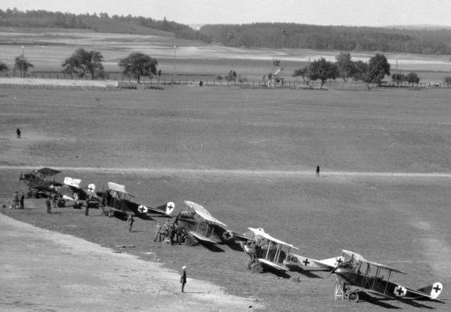 LA-BW_HA-STG_M_700-1 (881) Daimler Flugplatz Flugzeug Friedrichshafen GIII_1918-07-22